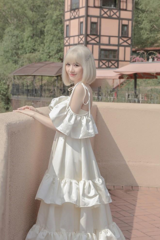 Hari Won đội tóc giả, hoá công chúa đi lang thang trong MV mới, đặc biệt là phát âm tiếng Việt cực chuẩn - Ảnh 3.