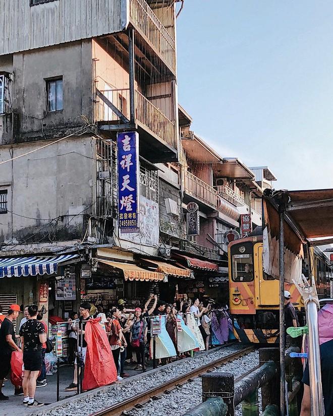 """Có gan mới dám ghé 3 con phố đường tàu nổi tiếng khắp châu Á: Xóm Phùng Hưng ở Hà Nội là """"đáng sợ"""" nhất! - Ảnh 26."""