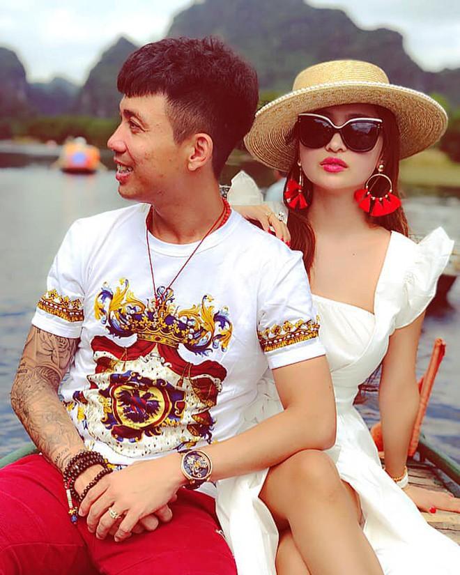 Style ảnh du lịch của nhà Minh Nhựa đối nhau chan chát: Con gái và con rể giản dị bao nhiêu thì bố và vợ - Ảnh 32.
