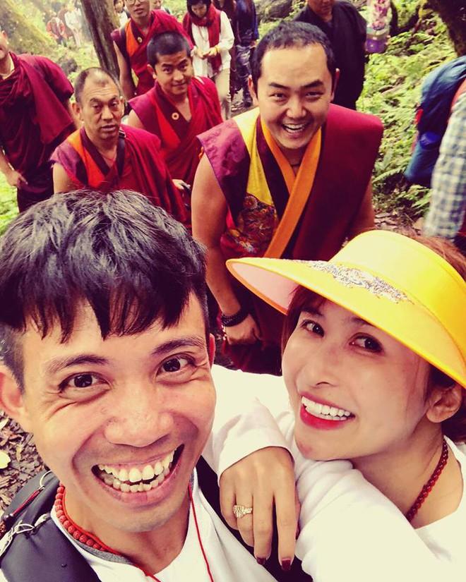 Style ảnh du lịch của nhà Minh Nhựa đối nhau chan chát: Con gái và con rể giản dị bao nhiêu thì bố và vợ - Ảnh 31.