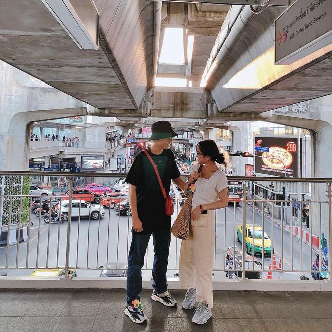 Style ảnh du lịch của nhà Minh Nhựa đối nhau chan chát: Con gái và con rể giản dị bao nhiêu thì bố và vợ - Ảnh 9.