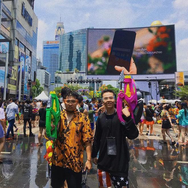 Style ảnh du lịch của nhà Minh Nhựa đối nhau chan chát: Con gái và con rể giản dị bao nhiêu thì bố và vợ - Ảnh 7.
