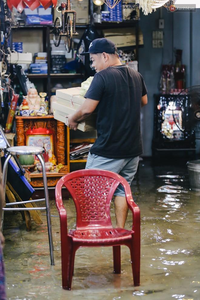 Ảnh: Trung tâm Sài Gòn ngập nước trong ngày triều cường đạt đỉnh, kẹt xe kinh hoàng khắp các ngả đường - Ảnh 7.