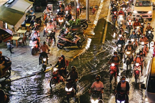 Ảnh: Trung tâm Sài Gòn ngập nước trong ngày triều cường đạt đỉnh, kẹt xe kinh hoàng khắp các ngả đường - Ảnh 17.