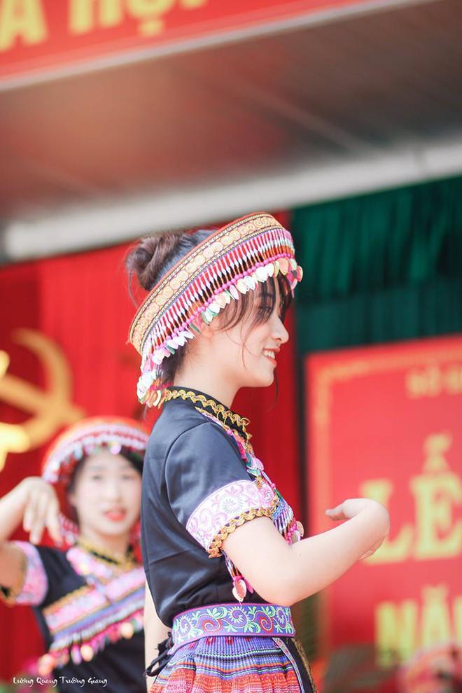 Múa cover Để Mị nói cho mà nghe, nữ sinh Thái Nguyên nhận bão like nhờ thần thái cùng vẻ ngoài xinh nổi bật - Ảnh 7.