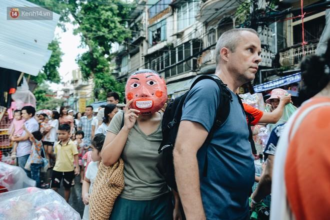 """Tiểu thương chợ Trung thu truyền thống Hà Nội đồng loạt treo biển """"Không chụp ảnh, hãy là người có văn hoá!"""" - Ảnh 6."""