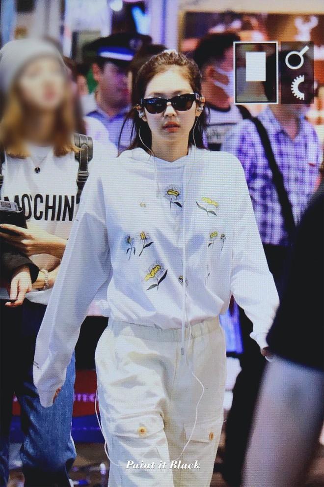Cậy có eo thon, Jennie chuyên trị vén áo thành crop top vừa sexy lại vừa sành điệu  - Ảnh 1.