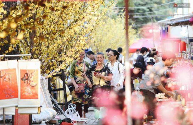 Nhiều ông, bà đồ trẻ cho chữ trên phố ông đồ Phạm Ngọc Thạch dịp Tết Canh Tý 2020 - Ảnh 6.