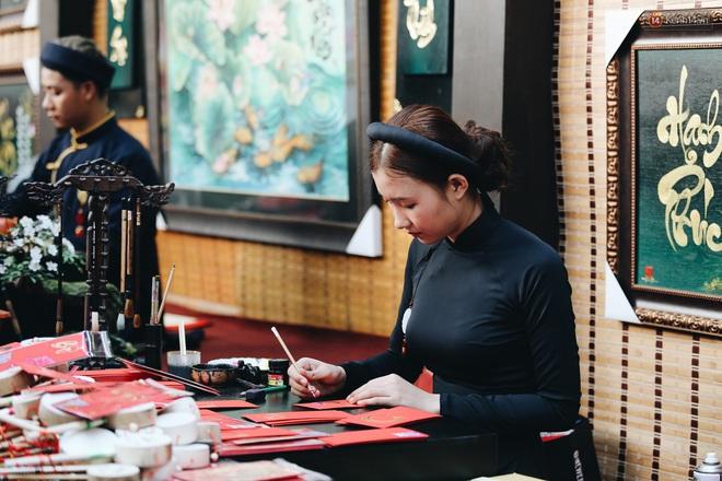 Nhiều ông, bà đồ trẻ cho chữ trên phố ông đồ Phạm Ngọc Thạch dịp Tết Canh Tý 2020 - Ảnh 11.