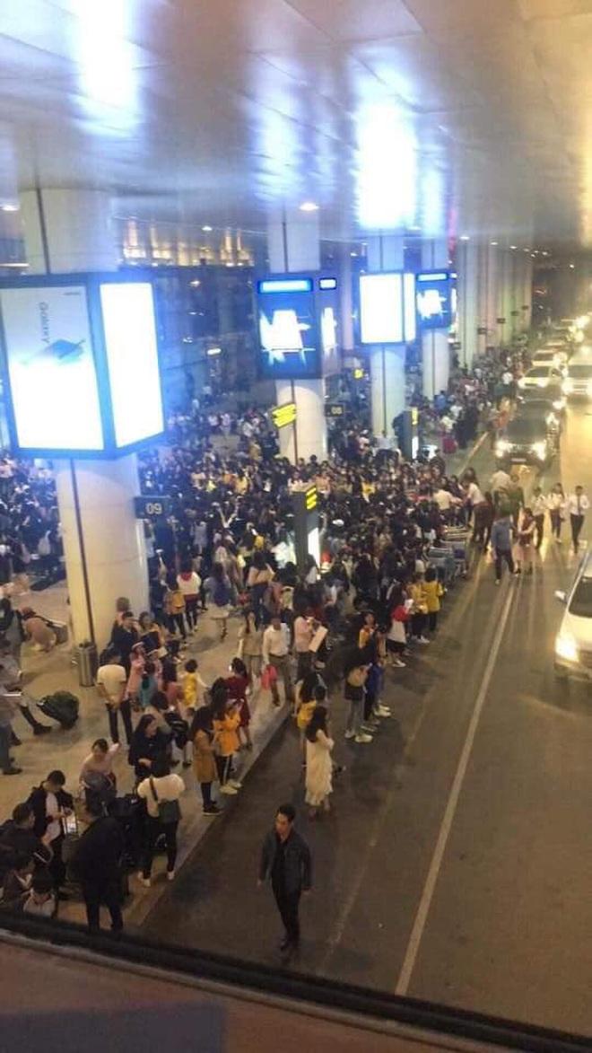 """Báo chí và fan quốc tế sốc trước cảnh Sehun - Chanyeol (EXO) méo mó, bị """"bóp nghẹt"""" vì biển fan đông nghẹt thở ở Nội Bài - Ảnh 2."""