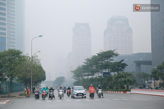 Ảnh: Thời tiết Hà Nội giảm sâu, sương mù bao phủ  mù mịt từ sáng tới chiều tối - Ảnh 1.