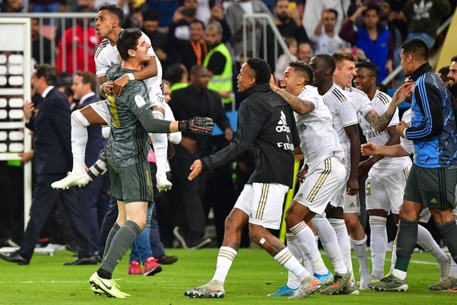 Đồng đội cũ của Ronaldo bị tố chơi bẩn giúp Real Madrid giành danh hiệu đầu tiên mùa này - Ảnh 7.