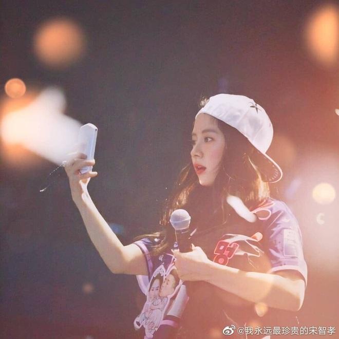 Cộng đồng mạng nghĩ gì nếu Song Ji Hyo ăn vận như một idol thứ thiệt? - Ảnh 2.
