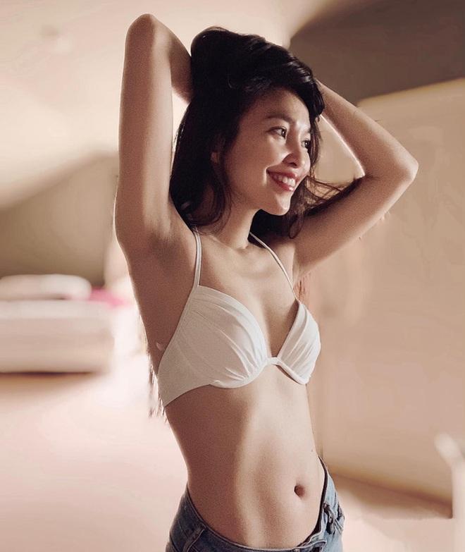 Hiền Thục hờ hững khoe sắc vóc gợi cảm tuổi 38 nhưng bức tranh khoả thân của cô mới là tâm điểm! - Ảnh 2.