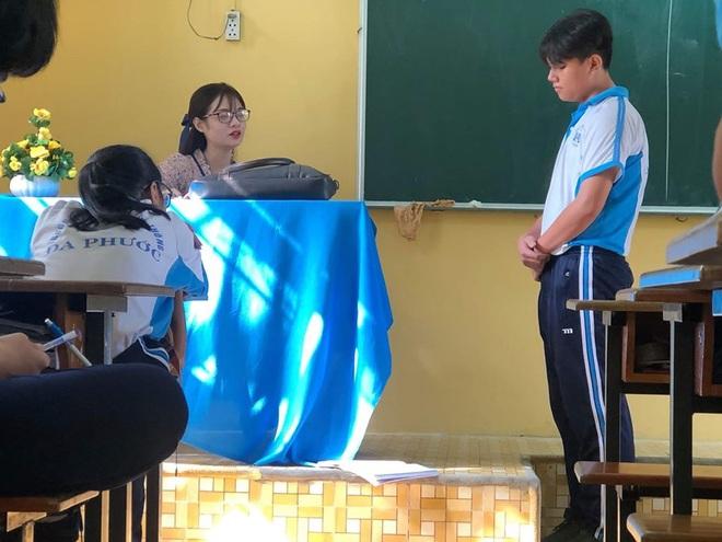 """Bị học trò chụp lén khi đang kiểm tra bài cũ, cô giáo dạy Văn khiến dân mạng """"đổ đứ đừ"""" vì nhan sắc siêu cấp dễ thương - Ảnh 1."""