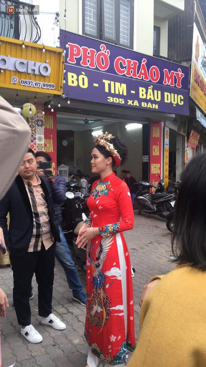 Ái nữ cựu chủ tịch CLB Sài Gòn - Quỳnh Anh xuất hiện xinh xắn trong đám hỏi thu hút sự chú ý khắp phố Xã Đàn - Ảnh 3.