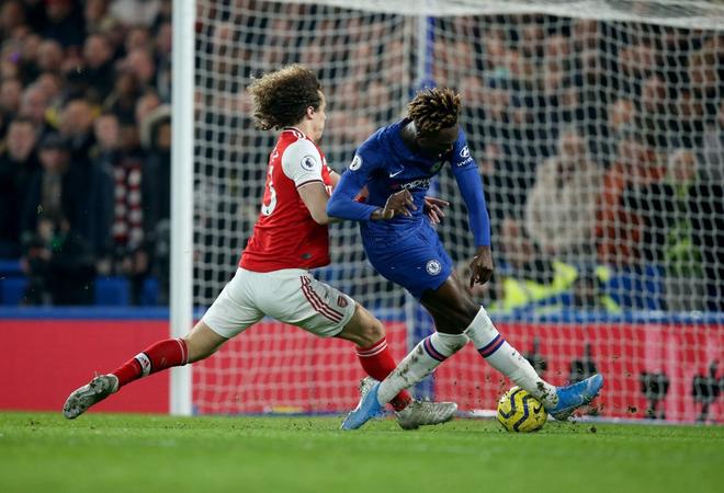 Nam thần Kante bất ngờ tái hiện cú trượt chân đá bay cúp vô địch Ngoại hạng Anh, Chelsea đánh rơi chiến thắng trước Arsenal dù sở hữu lợi thế cực lớn - Ảnh 1.