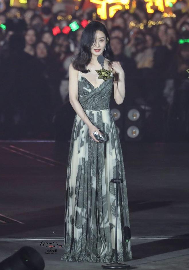 Style của Triệu Lệ Dĩnh thăng hạng vù vù sau khi kết hôn, lần nào xuất hiện cũng gây bão vì quá đẹp - Ảnh 2.