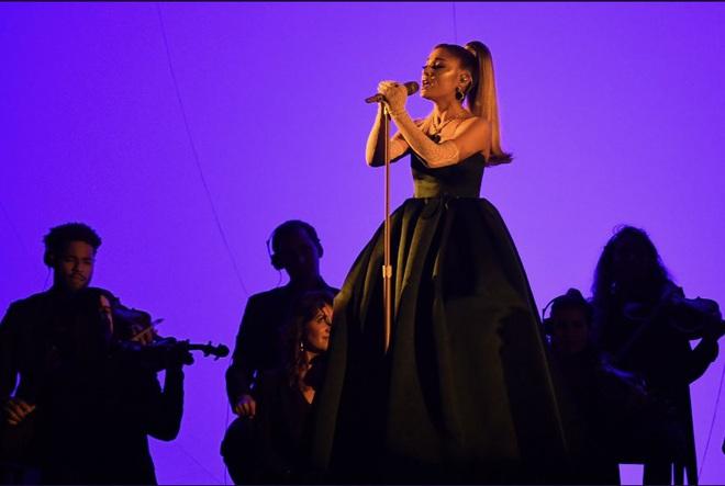 Ariana Grande 'cứu' cả Grammy: Sân khấu hoành tráng, hát lèo một loạt hit khoe giọng đỉnh cao khiến ai cũng trầm trồ!