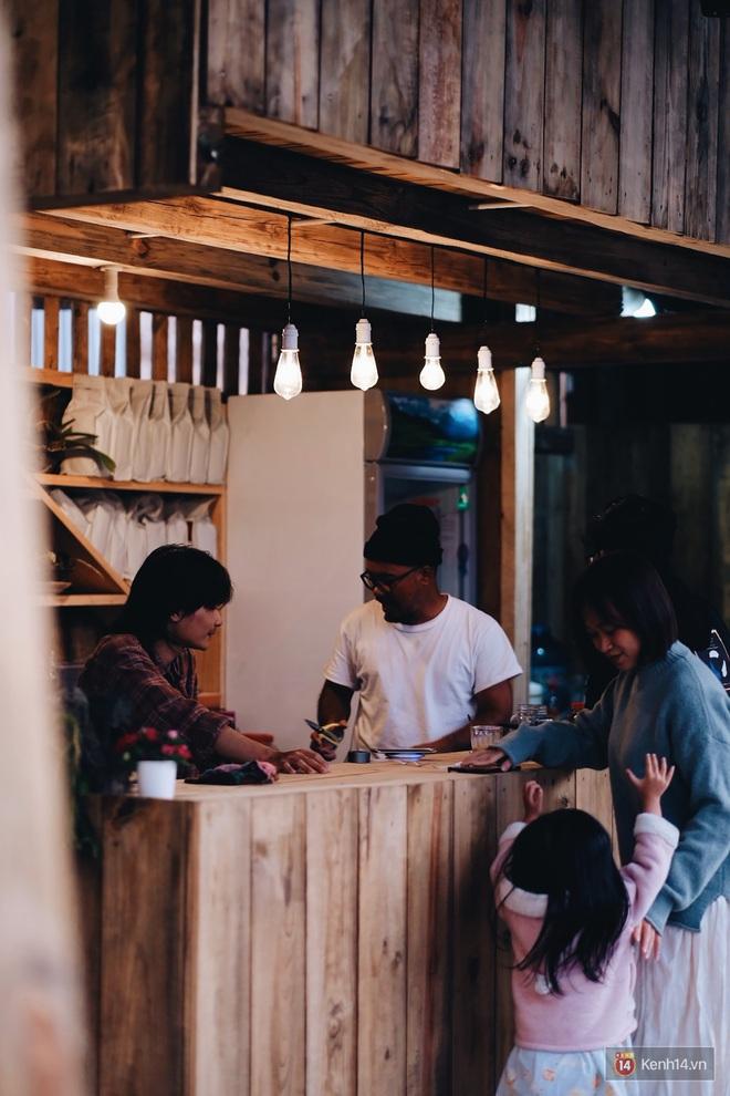 Quán cafe nổi tiếng ở Đà Lạt từng bị cháy rồi lại đóng cửa vì tranh chấp đất đã trở lại với diện mạo mới, thơ và tình chẳng kém trước kia - Ảnh 4.
