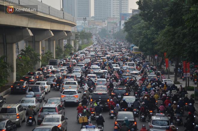 Ảnh: Đường phố Hà Nội nơi thoáng đãng, nơi ùn tắc trong ngày đi làm đầu tiên của năm 2020 - Ảnh 11.
