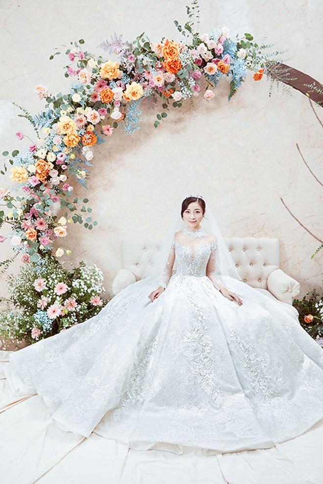 """Váy cưới của cô dâu Nhật Linh: 2 bộ đã """"sương sương"""" 1 tỷ VNĐ, riêng bộ váy chính bồng xòe đúng chuẩn váy công chúa - Ảnh 5."""