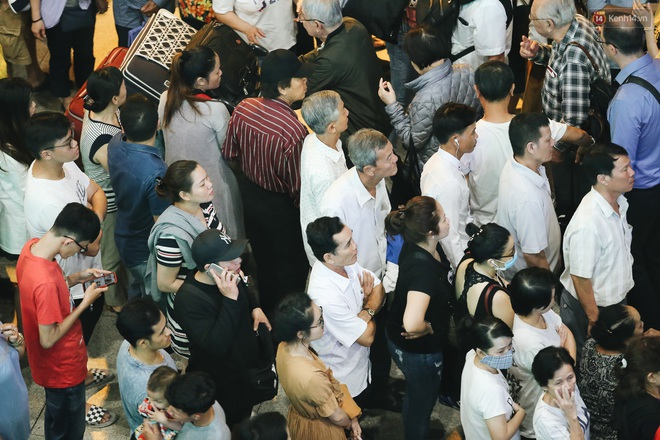 Ảnh: Sân bay Tân Sơn Nhất chật kín người dân đón Việt kiều về quê ăn Tết Canh Tý 2020, trẻ em và người lớn ngủ vật vờ dưới sàn - Ảnh 3.