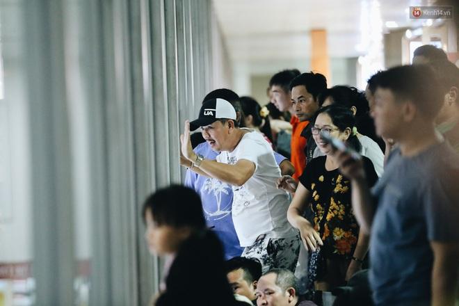 Ảnh: Sân bay Tân Sơn Nhất chật kín người dân đón Việt kiều về quê ăn Tết Canh Tý 2020, trẻ em và người lớn ngủ vật vờ dưới sàn - Ảnh 11.