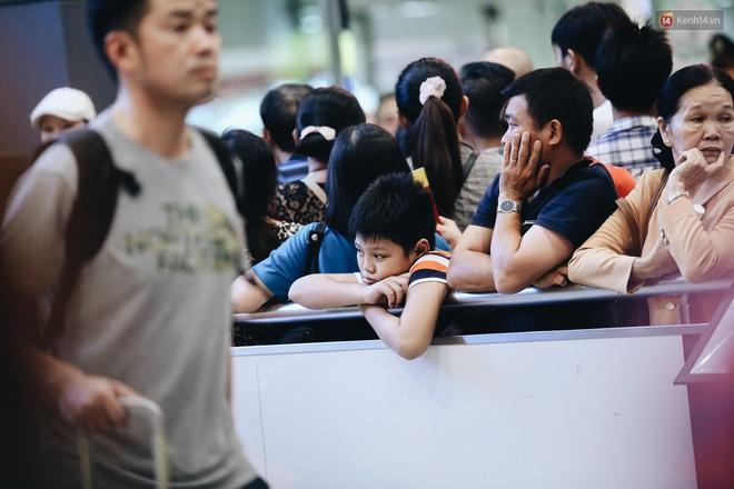 Ảnh: Sân bay Tân Sơn Nhất chật kín người dân đón Việt kiều về quê ăn Tết Canh Tý 2020, trẻ em và người lớn ngủ vật vờ dưới sàn - Ảnh 17.