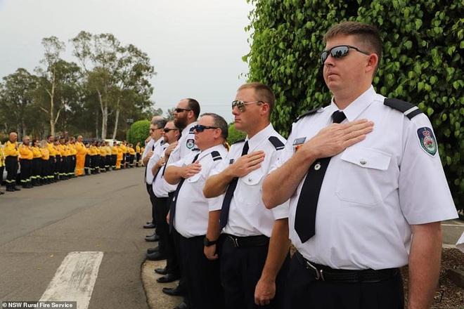 Cha là lính cứu hoả hi sinh khi chữa cháy rừng ở Úc, con gái nhỏ không hay biết vẫn nô đùa bên linh cữu khiến ai cũng xót xa - Ảnh 9.