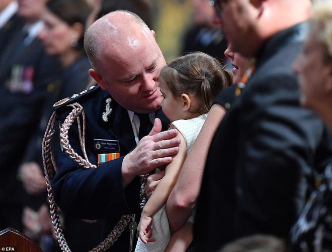 Cha là lính cứu hoả hi sinh khi chữa cháy rừng ở Úc, con gái nhỏ không hay biết vẫn nô đùa bên linh cữu khiến ai cũng xót xa - Ảnh 2.