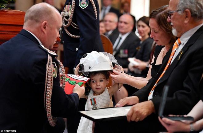 Cha là lính cứu hoả hi sinh khi chữa cháy rừng ở Úc, con gái nhỏ không hay biết vẫn nô đùa bên linh cữu khiến ai cũng xót xa - Ảnh 3.
