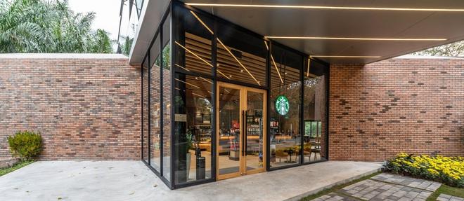 Dân tình trầm trồ với khung cảnh xanh mướt, xịn mịn của tiệm Starbucks mới ở Hưng Yên, rủ nhau đến check in rầm rộ - Ảnh 4.