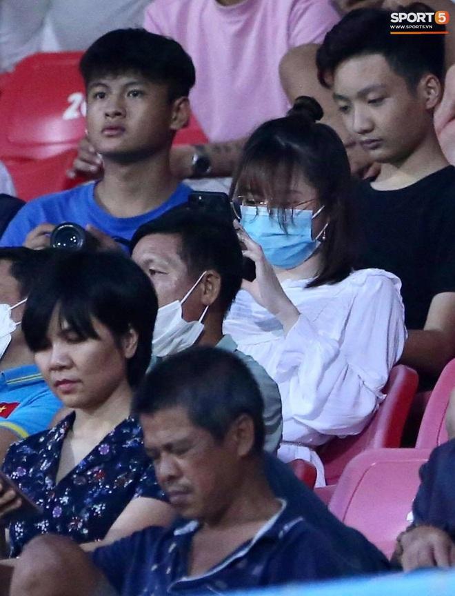 Lâu lâu Huỳnh Anh mới lại ra sân cổ vũ Quang Hải, nhan sắc rạng rỡ gây thương nhớ - ảnh 3