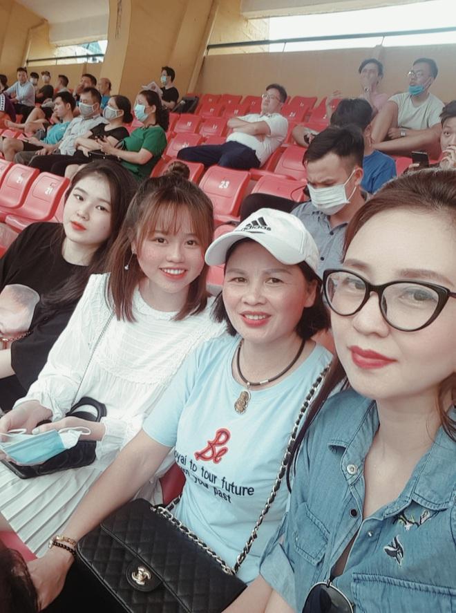 Lâu lâu Huỳnh Anh mới lại ra sân cổ vũ Quang Hải, nhan sắc rạng rỡ gây thương nhớ - ảnh 4