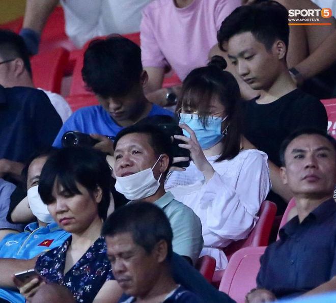 Lâu lâu Huỳnh Anh mới lại ra sân cổ vũ Quang Hải, nhan sắc rạng rỡ gây thương nhớ - ảnh 2