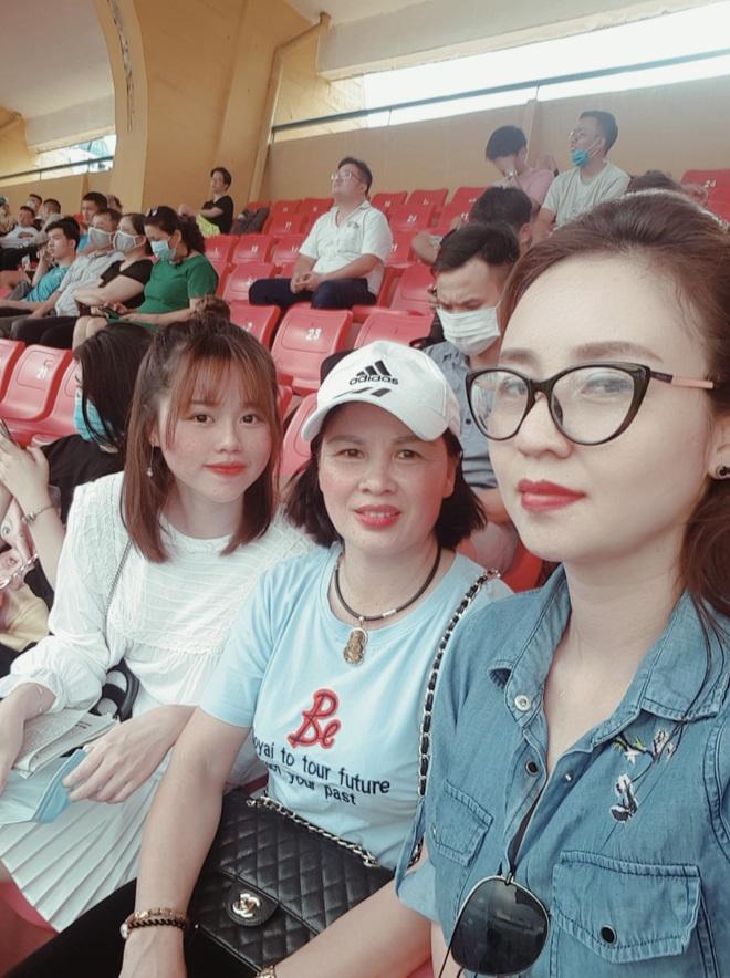 Lâu lâu Huỳnh Anh mới lại ra sân cổ vũ Quang Hải, nhan sắc rạng rỡ gây thương nhớ - ảnh 5