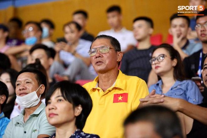 Lâu lâu Huỳnh Anh mới lại ra sân cổ vũ Quang Hải, nhan sắc rạng rỡ gây thương nhớ - ảnh 10