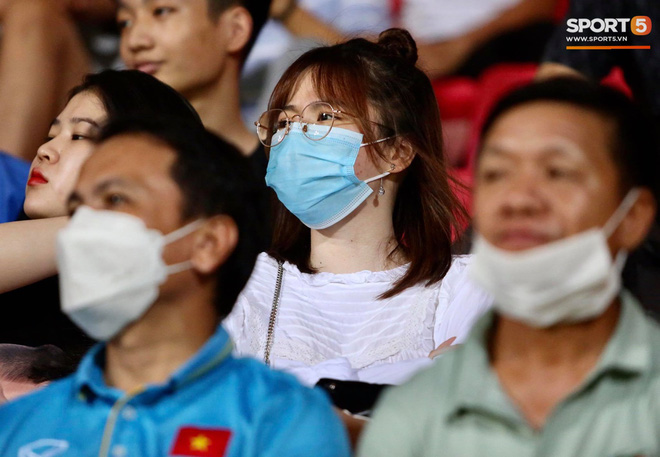 Lâu lâu Huỳnh Anh mới lại ra sân cổ vũ Quang Hải, nhan sắc rạng rỡ gây thương nhớ - ảnh 1