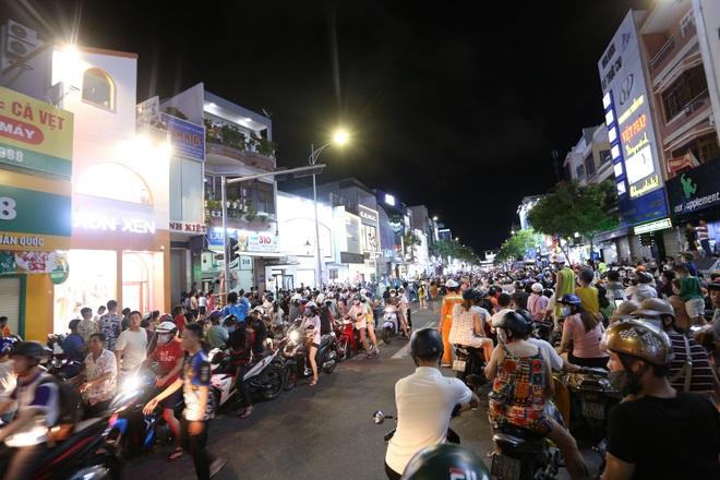 Chùm ảnh: Người dân 3 miền chen chúc nhau toát mồ hôi trong đêm Trung thu - ảnh 14