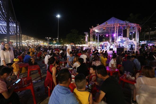 Chùm ảnh: Người dân 3 miền chen chúc nhau toát mồ hôi trong đêm Trung thu - ảnh 13