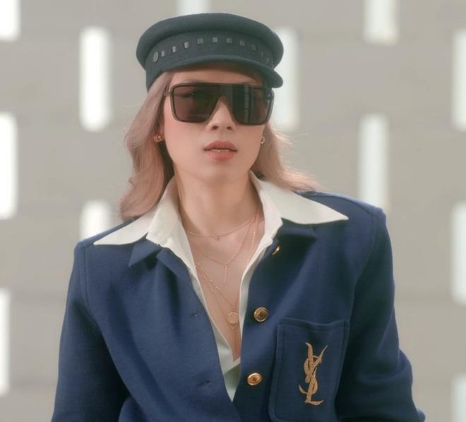 MV Đúng Cũng Thành Sai ám lên cả phong cách thời trang của Mỹ Tâm mất rồi, toàn đồ hiệu mà chị mặc lên thấy sai quá chừng - Ảnh 8.
