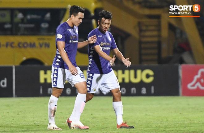 Bộ đôi trung vệ tuyển U23 thẫn thờ, thất vọng sau khi mắc lỗi khiến Hà Nội FC thủng lưới - Ảnh 4.