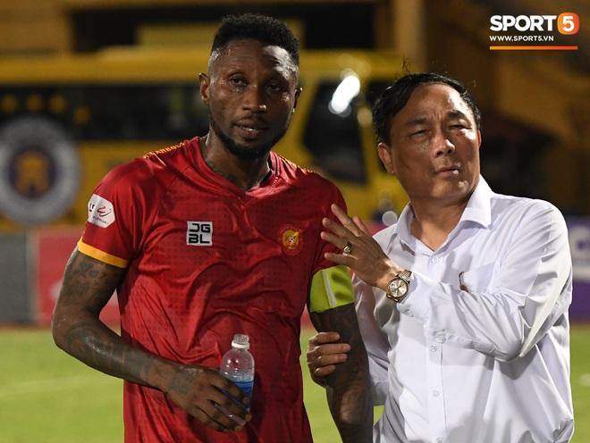 Bộ đôi trung vệ tuyển U23 thẫn thờ, thất vọng sau khi mắc lỗi khiến Hà Nội FC thủng lưới - Ảnh 10.
