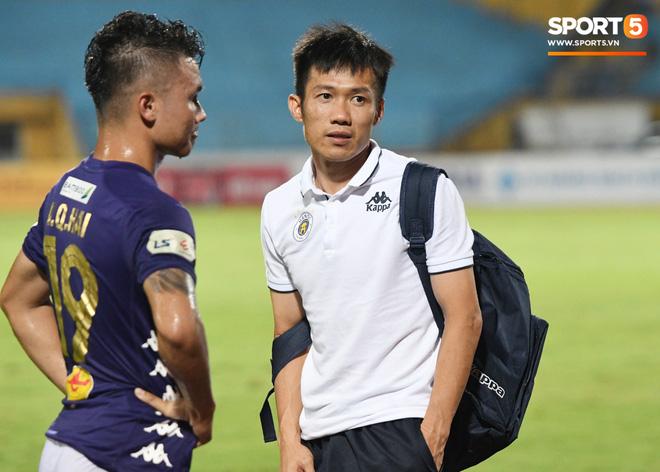 Bộ đôi trung vệ tuyển U23 thẫn thờ, thất vọng sau khi mắc lỗi khiến Hà Nội FC thủng lưới - Ảnh 8.
