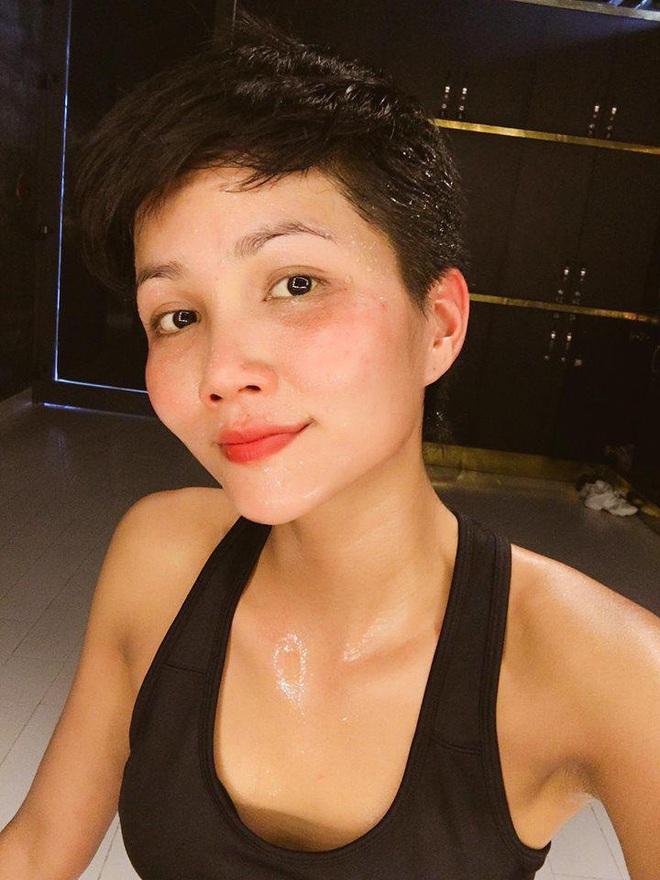 """Mỹ nhân Vbiz tự """"bóc trần"""" khuyết điểm: Hoà Minzy gây sốc với mặt mụn chi chít, Mai Phương Thuý như người khác với 0% make up - Ảnh 14."""