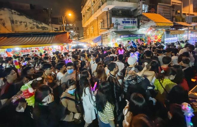 Chùm ảnh: Người dân 3 miền chen chúc nhau toát mồ hôi trong đêm Trung thu - ảnh 4