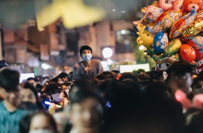Chùm ảnh: Người dân 3 miền chen chúc nhau toát mồ hôi trong đêm Trung thu - ảnh 8