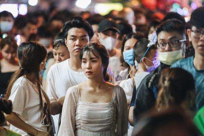 Chùm ảnh: Người dân 3 miền chen chúc nhau toát mồ hôi trong đêm Trung thu - ảnh 10