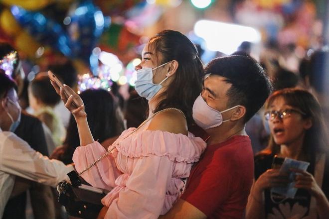 Chùm ảnh: Người dân 3 miền chen chúc nhau toát mồ hôi trong đêm Trung thu - ảnh 9